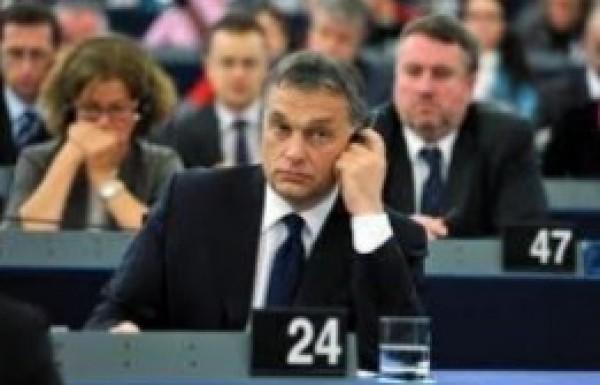 Újabb magyar alkotmánymódosítás: porhintés a világ szemébe