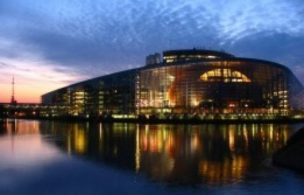 Milliókat utalnak pártjaiknak az EP-képviselők